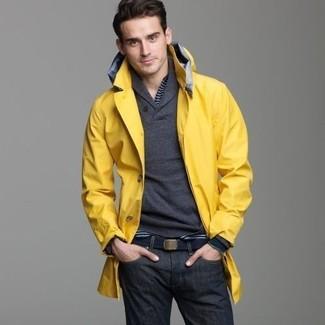 Comment porter une ceinture en toile bleu marine: Pour une tenue aussi confortable que ton canapé, porte un imperméable jaune et une ceinture en toile bleu marine.