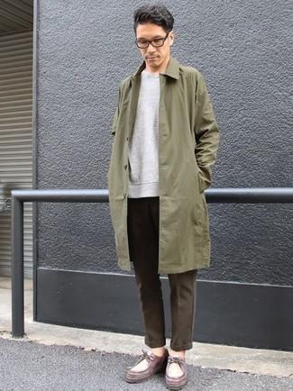 Comment porter un pull à col en v gris: Pense à harmoniser un pull à col en v gris avec un pantalon chino marron foncé pour obtenir un look relax mais stylé. Termine ce look avec une paire de des bottines chukka en cuir bordeaux.