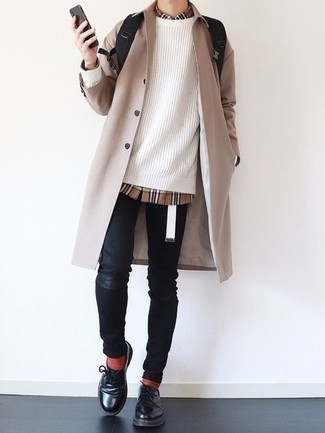 Comment porter des chaussettes rouges: Harmonise un imperméable beige avec des chaussettes rouges pour un look confortable et décontracté. Jouez la carte classique pour les chaussures et termine ce look avec une paire de chaussures derby en cuir noires.