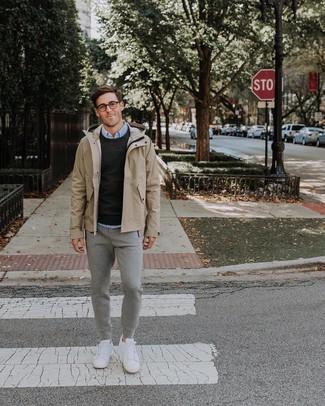 Comment porter: imperméable beige, pull à col rond noir, chemise de ville bleu clair, pantalon de jogging gris