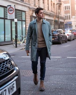 Comment porter des bottines chelsea en daim marron: Porte un imperméable bleu clair et un jean bleu marine pour un look de tous les jours facile à porter. Jouez la carte classique pour les chaussures et opte pour une paire de des bottines chelsea en daim marron.