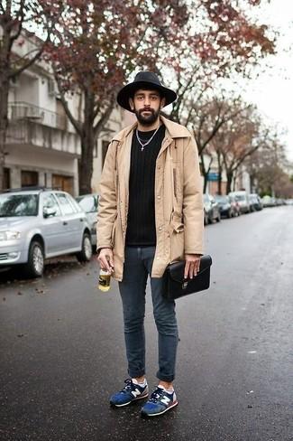 Marie un pull à col rond noir avec un jean skinny bleu marine pour une tenue confortable aussi composée avec goût. Pour les chaussures, fais un choix décontracté avec une paire de des chaussures de sport en daim bleues marine.
