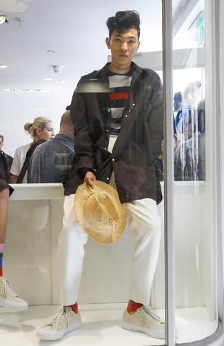 Comment porter: imperméable noir, pull à col rond à rayures horizontales bleu marine et blanc, pantalon chino blanc, baskets basses en cuir beiges