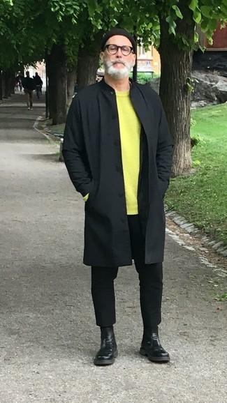Comment porter: imperméable noir, pull à col rond chartreuse, pantalon chino noir, bottines chelsea en cuir noires