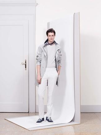 Comment porter: imperméable gris, pull à col rond blanc, pantalon de costume blanc, baskets basses bleu marine