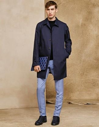 Comment porter: imperméable bleu marine, pull à col rond noir, pantalon de costume bleu clair, baskets basses en daim bleu marine