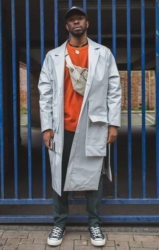 Comment porter un pull à col rond orange: Choisis un pull à col rond orange et un pantalon chino vert foncé pour un look de tous les jours facile à porter. Si tu veux éviter un look trop formel, choisis une paire de des baskets basses en toile bleu marine et blanc.