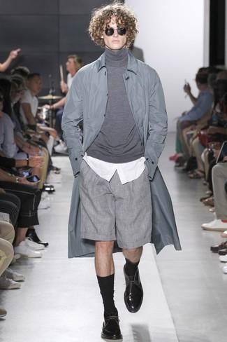 Comment porter: imperméable gris, pull à col roulé gris, chemise de ville blanche, short gris