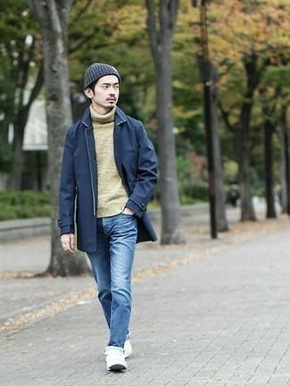 Tendances mode hommes: Porte un imperméable bleu marine et un jean bleu pour affronter sans effort les défis que la journée te réserve. Assortis ce look avec une paire de des baskets basses en toile blanches.