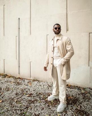 Tendances mode hommes: Essaie de marier un imperméable beige avec un pantalon chino beige pour une tenue confortable aussi composée avec goût.