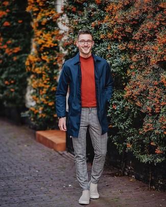 Comment porter: imperméable bleu marine, pull à col roulé rouge, pantalon de costume en laine à carreaux gris, bottines chelsea en daim grises