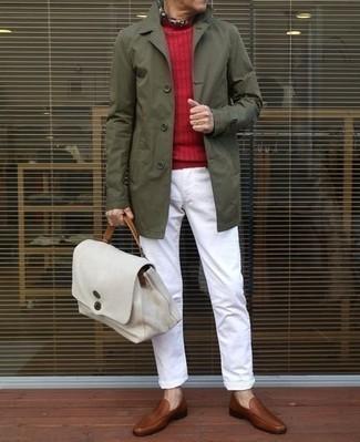 Comment porter un pull rouge: Pour créer une tenue idéale pour un déjeuner entre amis le week-end, harmonise un pull rouge avec un pantalon chino blanc. Assortis cette tenue avec une paire de des slippers en cuir marron pour afficher ton expertise vestimentaire.