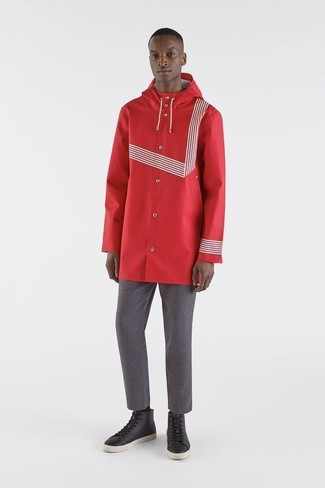 Comment porter: imperméable rouge, pantalon chino gris, baskets montantes en cuir noires