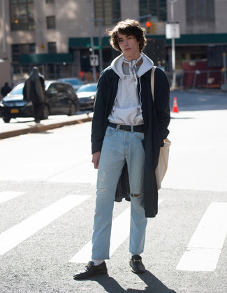 Comment porter un imperméable bleu marine: Marie un imperméable bleu marine avec un jean déchiré bleu clair pour une tenue relax mais stylée. Une paire de slippers en cuir noirs est une façon simple d'améliorer ton look.