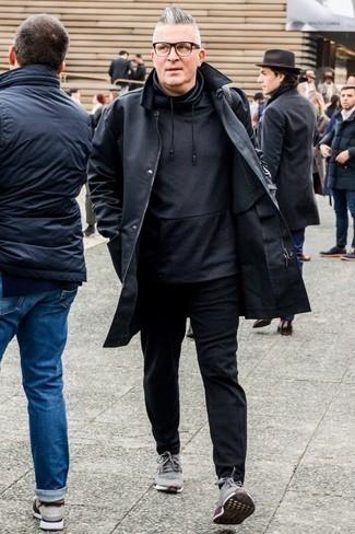 Comment porter un sweat à capuche noir avec des chaussures de sport grises: Pense à associer un sweat à capuche noir avec un pantalon chino noir pour affronter sans effort les défis que la journée te réserve. Tu veux y aller doucement avec les chaussures? Assortis cette tenue avec une paire de des chaussures de sport grises pour la journée.