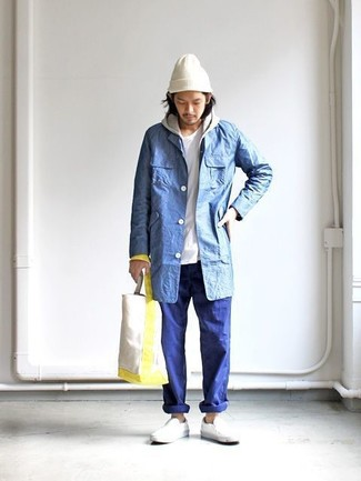 Comment porter: imperméable bleu, sweat à capuche gris, t-shirt à col rond blanc, pantalon chino bleu