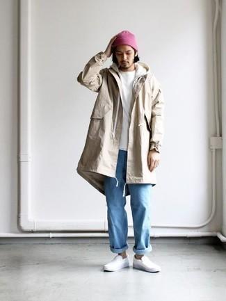 Comment porter un sweat à capuche blanc: Pour créer une tenue idéale pour un déjeuner entre amis le week-end, porte un sweat à capuche blanc et un jean bleu clair. Assortis cette tenue avec une paire de des baskets à enfiler en cuir blanches pour afficher ton expertise vestimentaire.