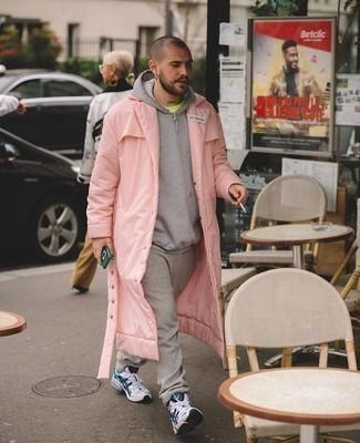 Tendances mode hommes: Choisis pour le confort dans un imperméable rose et un pantalon de jogging gris. Si tu veux éviter un look trop formel, fais d'une paire de des chaussures de sport blanc et bleu marine ton choix de souliers.