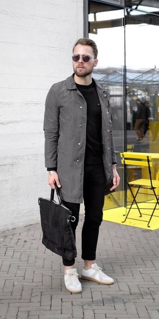 Comment porter: imperméable gris, sweat-shirt noir, jean noir, baskets basses en cuir blanches