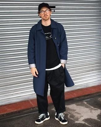 Tenue: Imperméable bleu marine, Sweat-shirt imprimé noir et blanc, T-shirt à col rond blanc, Pantalon chino noir