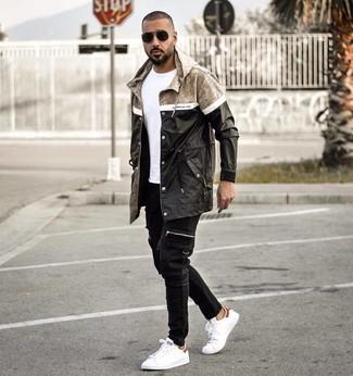 Comment porter: imperméable noir, t-shirt à col rond blanc, jean noir, baskets basses en cuir blanches