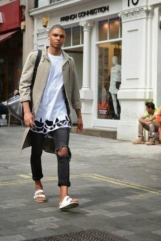Comment porter un jean déchiré gris foncé: Pense à marier un imperméable beige avec un jean déchiré gris foncé pour un look idéal le week-end. Si tu veux éviter un look trop formel, assortis cette tenue avec une paire de des sandales en toile blanches.