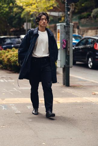 Comment porter un imperméable bleu marine: Associe un imperméable bleu marine avec un jean bleu marine pour un look de tous les jours facile à porter. Complète cet ensemble avec une paire de bottes de loisirs en cuir noires pour afficher ton expertise vestimentaire.