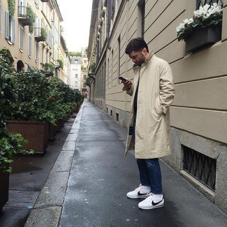 Tendances mode hommes: Essaie d'harmoniser un imperméable beige avec un jean bleu marine pour un déjeuner le dimanche entre amis. Une paire de baskets basses en toile blanches et noires est une option génial pour complèter cette tenue.