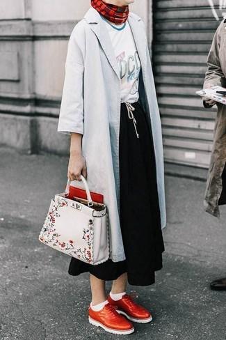 Comment porter: imperméable gris, t-shirt à col rond imprimé blanc, jupe mi-longue noire, chaussures brogues en cuir rouges