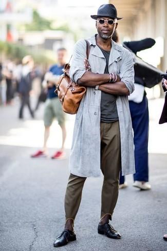 Comment porter: imperméable gris, t-shirt à col rond gris foncé, pantalon chino olive, chaussures derby en cuir noires