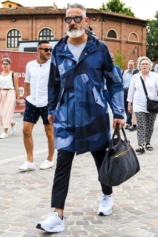 Tendances mode hommes: Marie un imperméable bleu marine avec un pantalon chino noir pour affronter sans effort les défis que la journée te réserve. Pour les chaussures, fais un choix décontracté avec une paire de des chaussures de sport blanches.