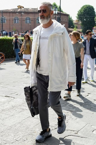 Comment porter un sac à dos en cuir gris: Harmonise un imperméable blanc avec un sac à dos en cuir gris pour une tenue idéale le week-end. Complète ce look avec une paire de des chaussures de sport gris foncé.