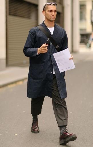 Comment porter des chaussettes gris foncé: Pense à harmoniser un imperméable bleu marine avec des chaussettes gris foncé pour une tenue idéale le week-end. Habille ta tenue avec une paire de des chaussures derby en cuir bordeaux.