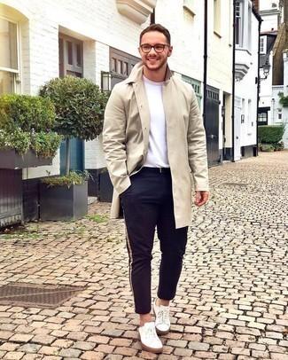 Comment porter une ceinture en cuir noire: Pense à porter un imperméable beige et une ceinture en cuir noire pour une tenue idéale le week-end. Une paire de baskets basses en toile blanches est une façon simple d'améliorer ton look.