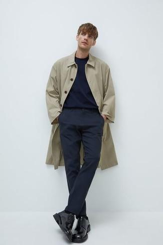 Comment porter un pantalon chino bleu marine: Opte pour un imperméable beige avec un pantalon chino bleu marine pour une tenue confortable aussi composée avec goût. D'une humeur créatrice? Assortis ta tenue avec une paire de chaussures derby en cuir noires.