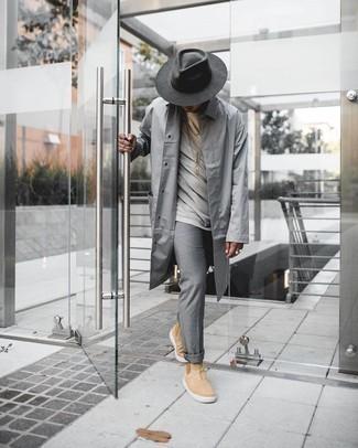 Comment porter un chapeau en laine gris foncé: Opte pour un imperméable gris avec un chapeau en laine gris foncé pour un look confortable et décontracté. Ajoute une paire de bottines chelsea en daim marron clair à ton look pour une amélioration instantanée de ton style.