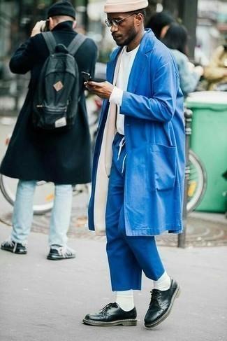 Tendances mode hommes: Pour une tenue de tous les jours pleine de caractère et de personnalité marie un imperméable bleu avec un pantalon chino bleu. Une paire de chaussures derby en cuir noires apportera une esthétique classique à l'ensemble.