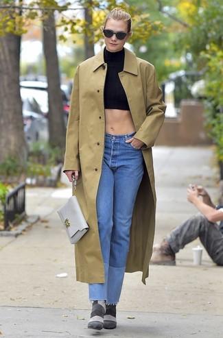 Comment porter: imperméable marron clair, top court noir, jean bleu clair, bottines en daim grises