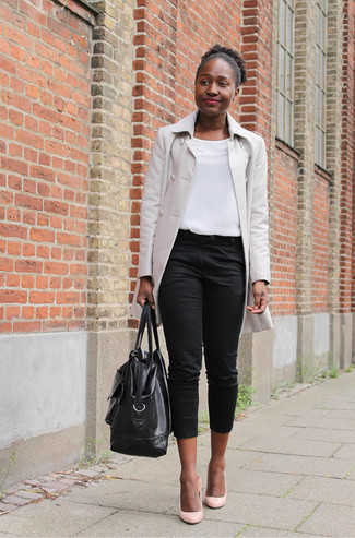 Comment porter: imperméable beige, top sans manches blanc, pantacourt noir, escarpins en cuir roses