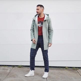 Comment porter des baskets montantes blanches: Choisis un imperméable vert menthe et un pantalon chino écossais bleu marine pour une tenue idéale le week-end. Tu veux y aller doucement avec les chaussures? Complète cet ensemble avec une paire de des baskets montantes blanches pour la journée.
