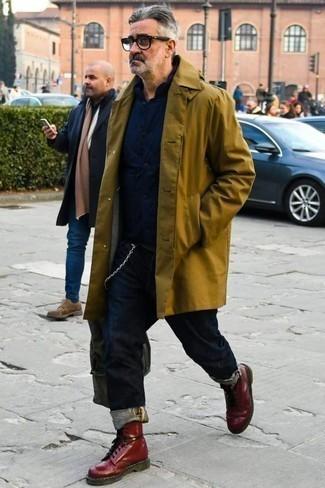 Comment porter un imperméable olive: Pour une tenue de tous les jours pleine de caractère et de personnalité pense à associer un imperméable olive avec un jean bleu marine. Jouez la carte classique pour les chaussures et assortis cette tenue avec une paire de des bottes de loisirs en cuir bordeaux.