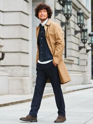 Comment porter: imperméable marron clair, veste en jean noire, pull à col roulé blanc, pantalon de costume noir