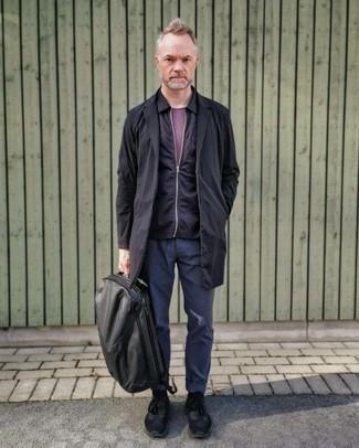 Comment s'habiller après 40 ans: Essaie d'associer un imperméable noir avec un pantalon chino bleu marine pour obtenir un look relax mais stylé. Une paire de chaussures de sport noires apporte une touche de décontraction à l'ensemble.