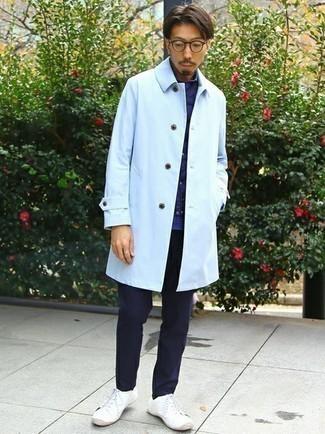 Comment porter une veste sans manches matelassée bleu marine: Pense à marier une veste sans manches matelassée bleu marine avec un pantalon chino bleu marine pour un déjeuner le dimanche entre amis. Complète ce look avec une paire de baskets basses en toile blanches.