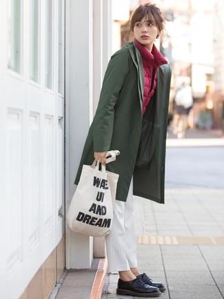 Comment porter: imperméable olive, veste sans manches bordeaux, pantalon carotte à rayures verticales blanc, chaussures richelieu en cuir noires
