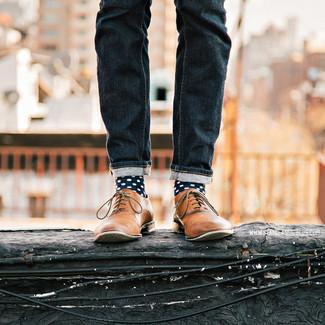 Comment porter des chaussettes bleu marine quand il fait très chaud: Pense à marier un jean bleu marine avec des chaussettes bleu marine pour une tenue idéale le week-end. Jouez la carte classique pour les chaussures et choisis une paire de des chaussures richelieu en cuir marron clair.