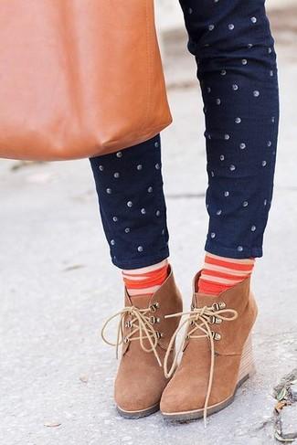 Comment porter: jean skinny á pois bleu marine, bottines compensées en daim marron clair, sac fourre-tout en cuir tabac, chaussettes à rayures horizontales orange