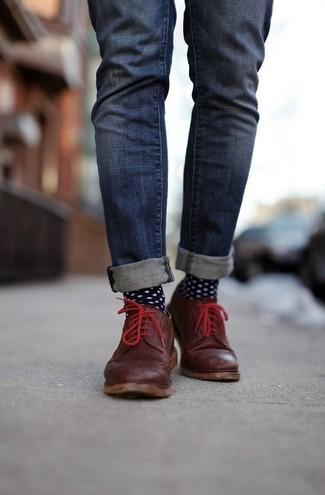Comment porter: jean skinny bleu marine, chaussures derby en cuir marron foncé, chaussettes á pois noires et blanches