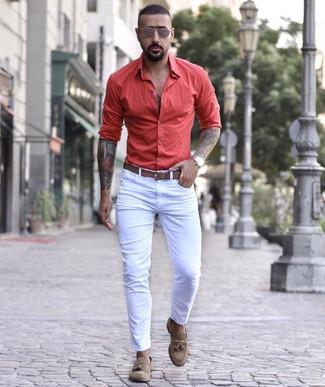 Comment porter une ceinture en cuir marron quand il fait froid: Un jean skinny blanc et une ceinture en cuir marron sont une tenue avisée à avoir dans ton arsenal. Assortis cette tenue avec une paire de des mocassins à pampilles en daim marron pour afficher ton expertise vestimentaire.