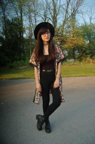 Opte pour un kimono à fleurs rose femmes Choies avec un jean skinny noir pour créer un style chic et glamour. Termine ce look avec une paire de des bottines plates à lacets en cuir noires.